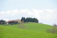La ferme Armeni depuis la D25 a l&#39extremite sud du plan d&#39eau de la Tesauque