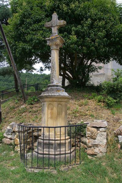 La croix devant l_église de Perron
