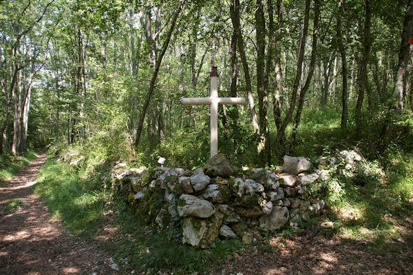 Une croix à la croisée des chemins vers le Bergan