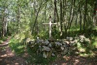 Une croix a la croisee des chemins vers le Bergan