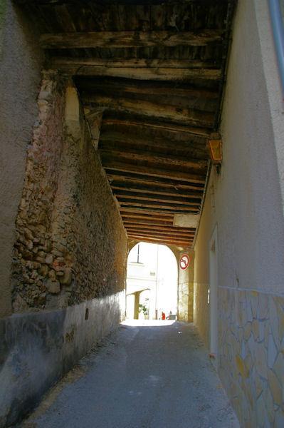 Le passage sous le porche pour arriver rue St Michel à Aurignac