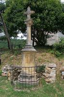 La croix devant l'eglise de Perron