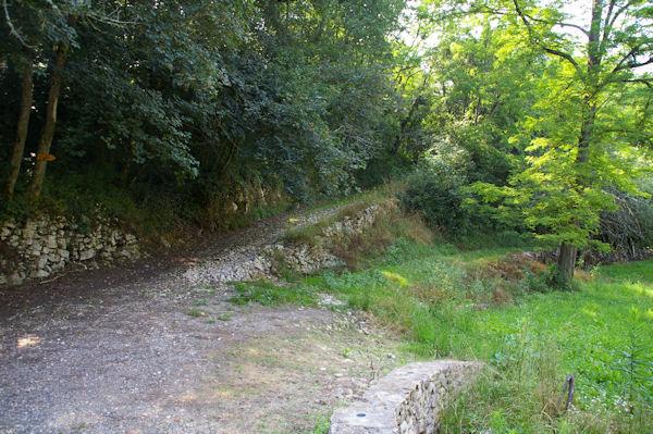 Le GR86 au passage du ruisseau de Rodes en bas d_Aurignac