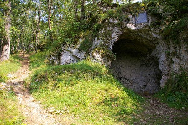 La célèbre grotte de Rodes ou abri d_Aurignac qui donna son nom aux Aurignaciens