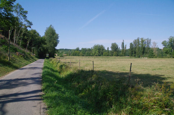 La route menant à Salleneuve dans la vallée de la Louge