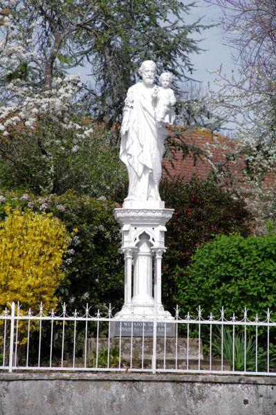 Une statue à Sarremezan