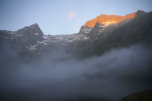 Les premiers rayons du soleil nous indique l&#39objectif: Le Pic des Spijeoles