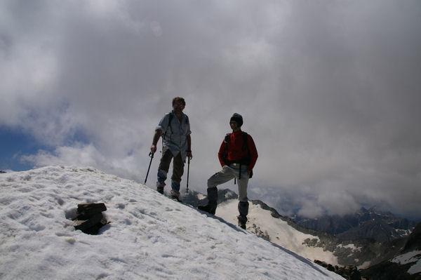 Deux Pyrénéistes heureux au sommet enneigé du Pic des Spijeoles