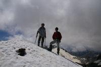 Deux Pyreneistes heureux au sommet enneige du Pic des Spijeoles