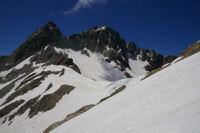 Le col des Gourgs blancs surmonte par le Pic Jean Arlau et le Pic des Gourgs Blancs