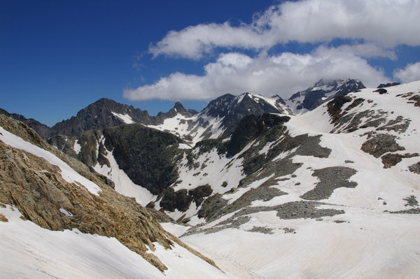 De gauche à droite, le Pic Lézat, le Pic des Crabioules, le Pic Royo et le Pic Prediguère dans les nuages, devant, la Tusse de Montarqué depuis le col des Gourgs Blancs
