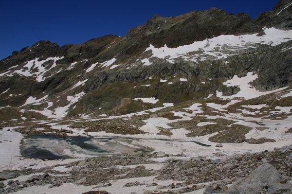 Le Lac du Milieu dominé par la crête des Spijeoles