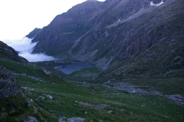 Le lac Saussat, la mer de nuage envahit le Col d'Espingo