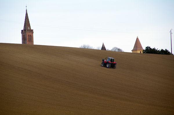 Le clocher de l_église et les tours du château de Bonrepos-Riquet depassent des labours