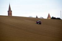 Le clocher de l'eglise et les tours du chateau de Bonrepos-Riquet depassent des labours