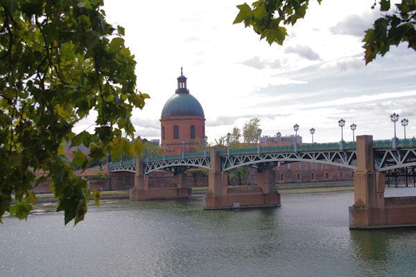 Le dôme de l_Hotel Dieu Saint Jacques et le Pont Saint Pierre sur la Garonne