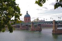 Le dome de l'Hotel Dieu Saint Jacques et le Pont Saint Pierre sur la Garonne