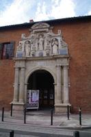 La facade de l'eglise Saint Pierre, rue Valade