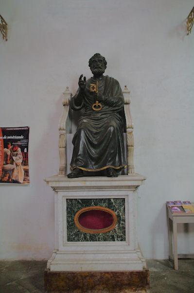 La statue de Saint Pierre dans l_entrée de l_église Saint Pierre, vu de dessous
