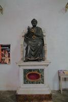 La statue de Saint Pierre dans l'entree de l'eglise Saint Pierre, vu de dessous