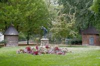 Statue dans l'allee des Justes au Jardin des Plantes