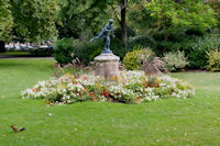 Statue dans l'allee des Justes au Jardin des Plantes, petit ecureuil en prime