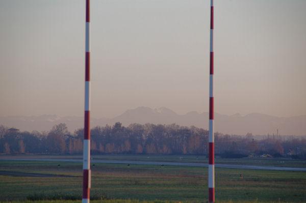 Le Pic de St Barthelemy depuis le bout de la piste de l_aérodrome de Lasbordes