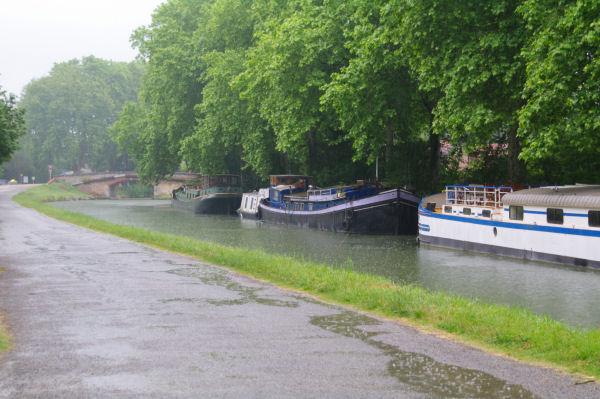 Le Canal du Midi sous la pluie aux abords du Pont de Mange Pomme