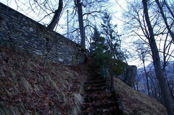 L_accès à la Chapelle de Pouey Laun depuis la Chapelle St Roch