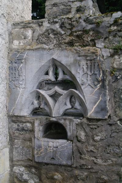 Le bénitier des Cagots devant l_église d_Arrens