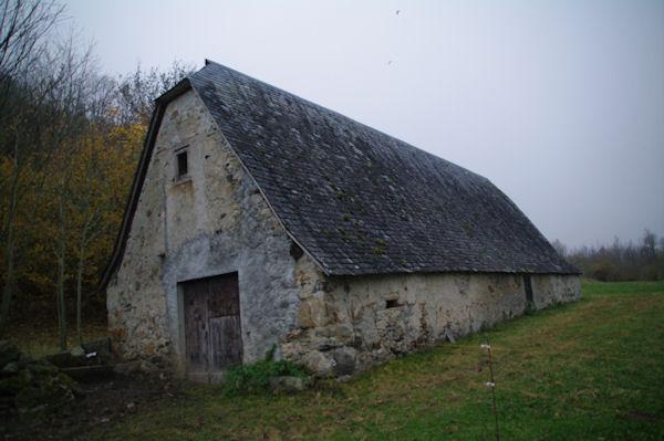 Une grange au bord du gave d_Arrens