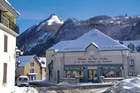 La Maison du Val d'Azun, en arriere plan, le Tuc de Picou et le Pic de Pan