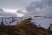 A gauche, le Sommet de Cave de l'Eyde, au centre, le Cap Nestes et a droite le Mont Merag