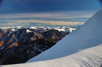 La chaine des Pyrenees bien enneigee