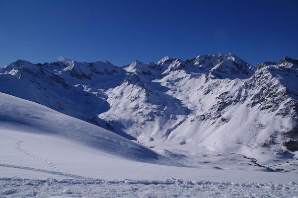 Au fond de la vallée, le Lac d_Isaby gelé