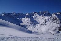 Au fond de la vallee, le Lac d'Isaby gele