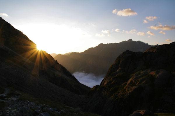 Le soleil pointe sur la crête Est du Pic d_Aste