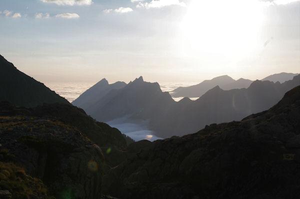 Pic du Midi d_Arrens, Pic de Sarret et Pic de l_Arcoèche au petit matin, deriière, le Pic de Cabaliros