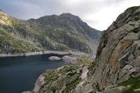 Le barrage et le Refuge de Migouelou surmonte par le Pic Arrouy
