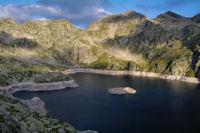 Le Lac de Migouelou, au dessus, la Carnau, le Col des Alianes, le Pic et le Col de Palada puis le Milhas