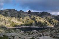 Le Lac de Migouelou, au dessus, le Pic et le Col de Palada puis le Milhas et son col puis le Pic des Tourettes et le Pic Estibere