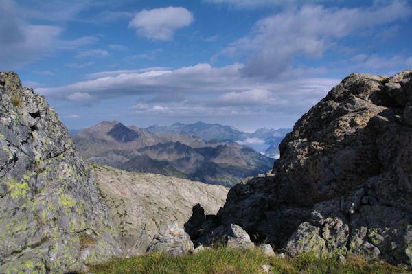 Vue sur les Pyrénées Atlantiques depuis un petit col sans nom sur la crête Nord du Pic de Batboucou