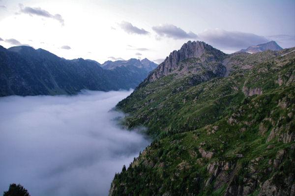 La vallée du Gave d_Arrens, plus haut, le Pic de Cambalès, les Piques de l_Arriougrand et le Balaïtous