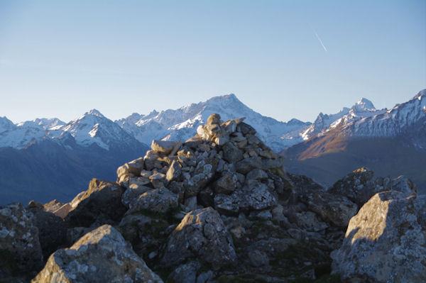 Le cairn sommital du Pic de Bazès pointé sur le Balaïtous