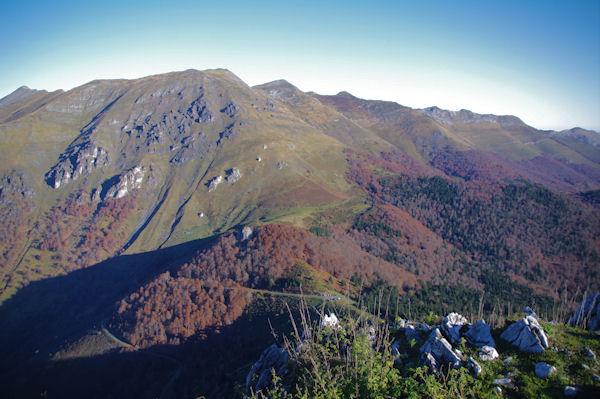 En bas, le Col de Spandelles surplombé par le Soum de Granquet