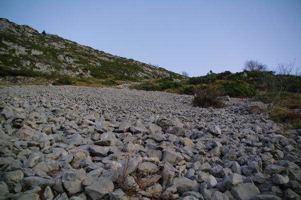 Le pierrier à passer pour rejoindre le sentier qui monte au Pic de Bazès