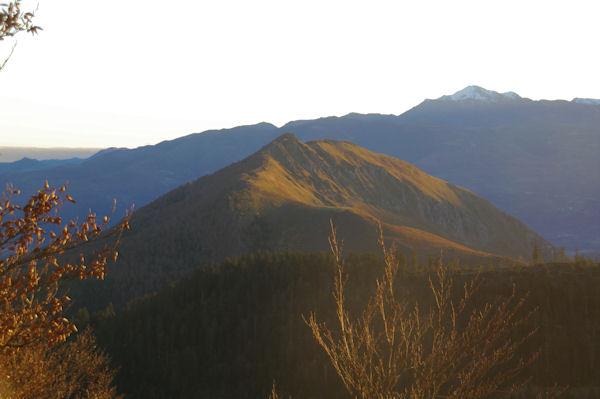 Le Soum de la Péne au soleil, derrière, le Pic de Montaigu