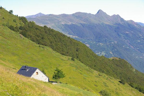 Une grange au Barradé, au fond, le Pic de Viscos, bien pointu