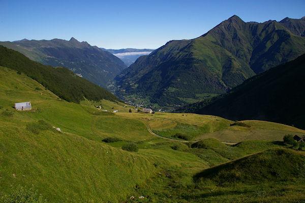 Le plateau de l&#39Estibe, dans la vallée, Luz St Sauveur dominé à gauche par le Pic de Viscos et à droite par le Soum de Nère