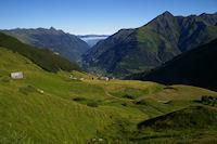 Le plateau de l'Estibe, dans la vallee, Luz St Sauveur domine a gauche par le Pic de Viscos et a droite par le Soum de Nere